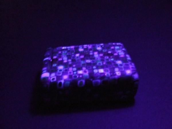 Boîte à cigarettes Pietro sous lumière noire