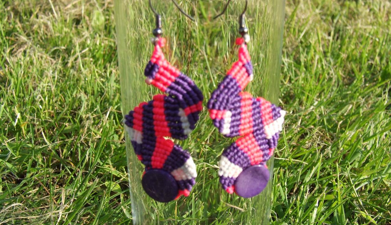 Boucles d'oreilles en macramé avec des agates teintées violettes