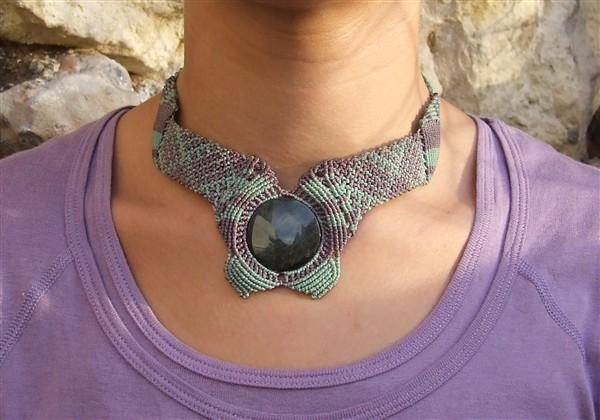 Collier Boomerang Obsidienne guichol porté