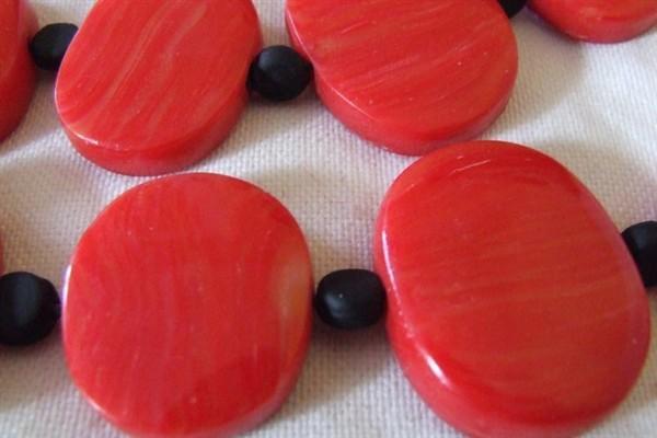 Collier Cécile rouge gros plan