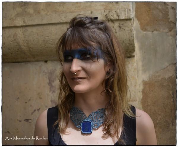 Collier en dentelle de macramé avec un Lapis-Lazuli