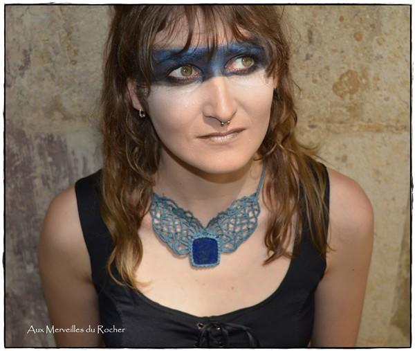 Collier en dentelle de macramé avec un Lapis-Lazuli porté