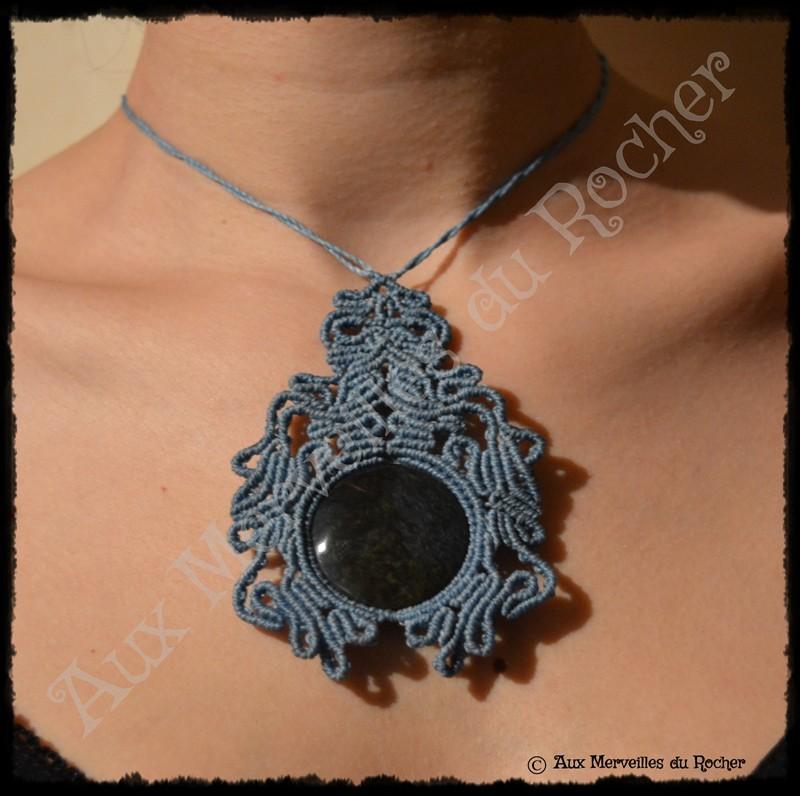 Pendentif volupté obsidienne manto huichol porté